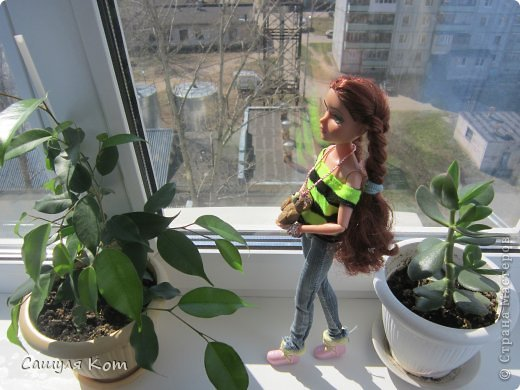 """Привет Страна Мастеров! Меня зовут Саша, мне 11 лет. А это Ева, ей 20 лет. И сегодня мы с Евой участвуем в конкурсе """"Моя красивая кукла"""". В начале я хотела сделать Еве теплый наряд, но на днях у нас потеплело! И температура поднялась до +20! И я решила сделать ей легенький наряд:3 Он состоит из: джинсов, свитерочка и дополнительных аксессуаров. Ребята, я совершенно не умею делать обувь! И по этому мне пришлось одеть на Еву покупные ботиночки. И, когда наряд был готов, он показался мне немного скучным и я добавила пару аксессуаров. Ну, а, чтобы придать наряду некую """"детскость"""", я дала Еве мишку;3 Администраторы конкурса, не съедайте меня, пожалуйста* Да и кстати! Я нашла свой фотоаппарат и фотографировада на него  Еву:) Рада, как слон))) фото 3"""