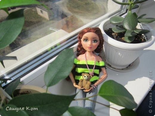 """Привет Страна Мастеров! Меня зовут Саша, мне 11 лет. А это Ева, ей 20 лет. И сегодня мы с Евой участвуем в конкурсе """"Моя красивая кукла"""". В начале я хотела сделать Еве теплый наряд, но на днях у нас потеплело! И температура поднялась до +20! И я решила сделать ей легенький наряд:3 Он состоит из: джинсов, свитерочка и дополнительных аксессуаров. Ребята, я совершенно не умею делать обувь! И по этому мне пришлось одеть на Еву покупные ботиночки. И, когда наряд был готов, он показался мне немного скучным и я добавила пару аксессуаров. Ну, а, чтобы придать наряду некую """"детскость"""", я дала Еве мишку;3 Администраторы конкурса, не съедайте меня, пожалуйста* Да и кстати! Я нашла свой фотоаппарат и фотографировада на него  Еву:) Рада, как слон))) фото 4"""