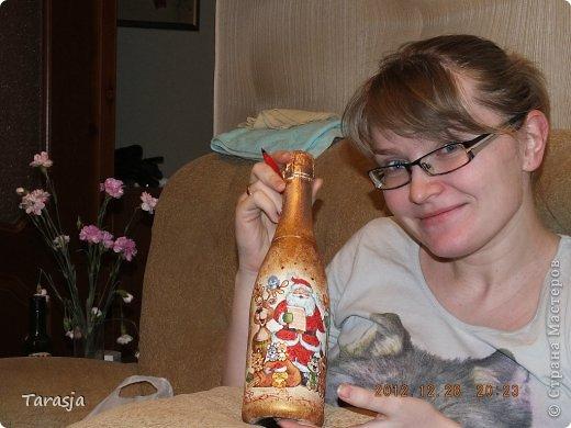 Моя первая бутылочка в подарок на Новый год. Подрисовки на ней помогал делать малыш, который активно пинал бутылку из животика, стоило мне ее туда прислонить)))) фото 1