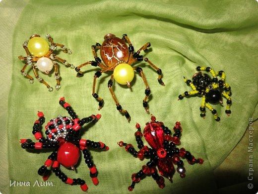 Приветствую вас,жители!Увидела на одном сайте как делать паучков  http://www.shawkl.com/2011/09/beaded-spider-tutorial.html  .Решила сама попробовать так,для смеха.Понравилось.Можно комбинировать как хочешь,какие хочешь бусины,бисер любой.Вариантов много.Их можно применить для кулона,для броши,для заколки,для брелка.Можно сделать паутинку,повесить паучка-уже панно.И главное получаются они очень красивые и все разные.В общем главное включить фантазию. фото 1