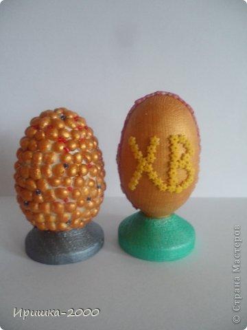 Поздравляю всех с Пасхой! Хочу вам показать мои пасхальные поделки. Цыпленок. В основе яйцо от киндера. Обмотан пряжей, украшен синельной проволокой. фото 4