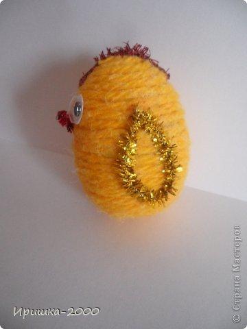 Поздравляю всех с Пасхой! Хочу вам показать мои пасхальные поделки. Цыпленок. В основе яйцо от киндера. Обмотан пряжей, украшен синельной проволокой. фото 2