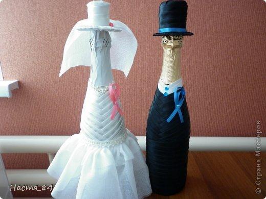 Недавно была свадьба у племянника и вот решила сделать подарок своими руками. Когда смотрела на подобные бутылочки, думала что мастерицы каким-то образом переплетают бутылочки, потом нашла МК Ольги (gud) и оказалось что это очень просто. Вот ссылка на МК : https://stranamasterov.ru/node/225893. Кстати, родственники тоже думали что я бутылки оплетала лентами :) фото 1