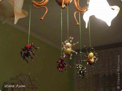 Приветствую вас,жители!Увидела на одном сайте как делать паучков  http://www.shawkl.com/2011/09/beaded-spider-tutorial.html  .Решила сама попробовать так,для смеха.Понравилось.Можно комбинировать как хочешь,какие хочешь бусины,бисер любой.Вариантов много.Их можно применить для кулона,для броши,для заколки,для брелка.Можно сделать паутинку,повесить паучка-уже панно.И главное получаются они очень красивые и все разные.В общем главное включить фантазию. фото 7