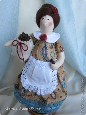 Уж очень мне понравилось шить этих замечательных куколок. И, как мне кажется, что это не последние мои Хозяюшки.  А первых можно посмотреть  здесь - https://stranamasterov.ru/node/711888 фото 3