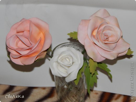 Приветствую всех, кто заглянул на мою страничку. Представляю свой дебют работы с фоамираном и создания розы. Впечатление от этого материала восхитительные. Хочется делать и делать новые цветочки.... фото 3
