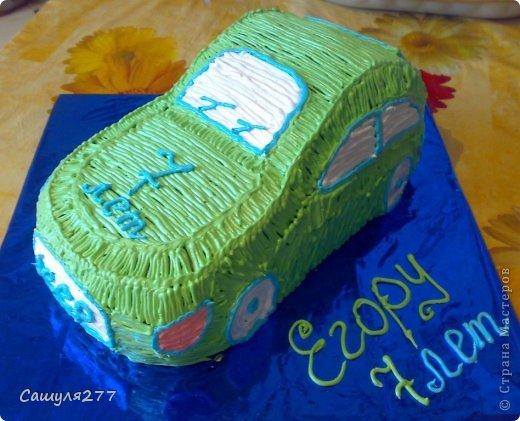 Заказали торт-машинку, но без мастики, все-таки многие её не едят. Только вот не умею я делать крем такими звездочками, ну вот к примеру как на этой картинке http://s009.radikal.ru/i309/1102/67/4a0c723e6830.jpg, какой насадкой так делать, может кто подскажет. Поэтому пришлось тупо зарисовать все. фото 2