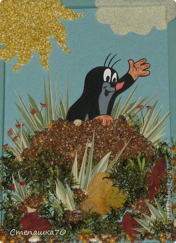Приветствую всех, кто заглянул! Мы с сыном любим делать поделки в детский сад и любим кротиков. Сюжет взят из детской раскраски. Все остальное дело наших рук. Чего здесь только нет - гречка, пшено, манка, кукурузная крупа, горох, тыквенные и арбузные семечки, мох (с сыном из леса принесли, мыли, сушили), листья засушеные, фантазия и руки. Рамка сделана по МК https://stranamasterov.ru/node/43761?tid=451, использую во многих работах. фото 5