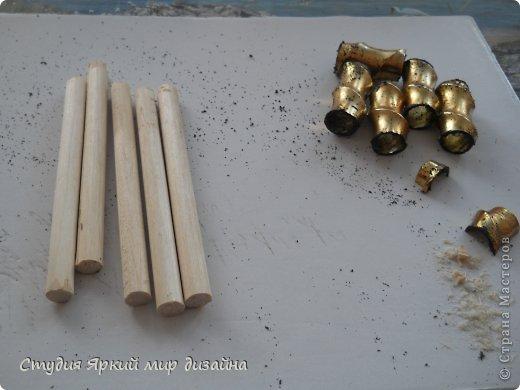 Хочу поделиться изготовлением такой беседки.Материал: гофрокартон, деревянная закругленная рейка, палочки для суши, шпажки, туалетная бумага, бисер, проволока, акриловая белая краска. фото 3