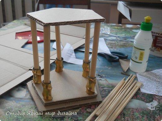 Хочу поделиться изготовлением такой беседки.Материал: гофрокартон, деревянная закругленная рейка, палочки для суши, шпажки, туалетная бумага, бисер, проволока, акриловая белая краска. фото 5