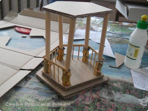 Хочу поделиться изготовлением такой беседки.Материал: гофрокартон, деревянная закругленная рейка, палочки для суши, шпажки, туалетная бумага, бисер, проволока, акриловая белая краска. фото 6