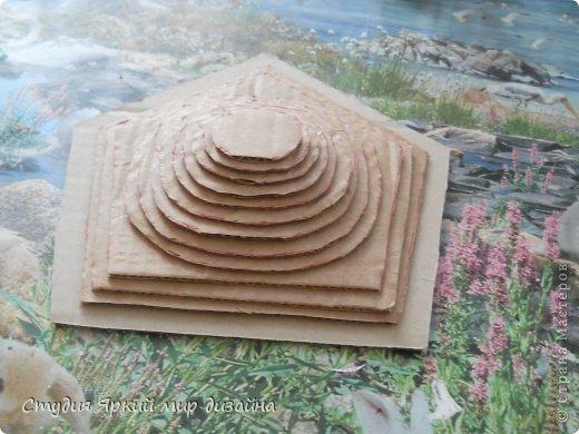 Хочу поделиться изготовлением такой беседки.Материал: гофрокартон, деревянная закругленная рейка, палочки для суши, шпажки, туалетная бумага, бисер, проволока, акриловая белая краска. фото 7