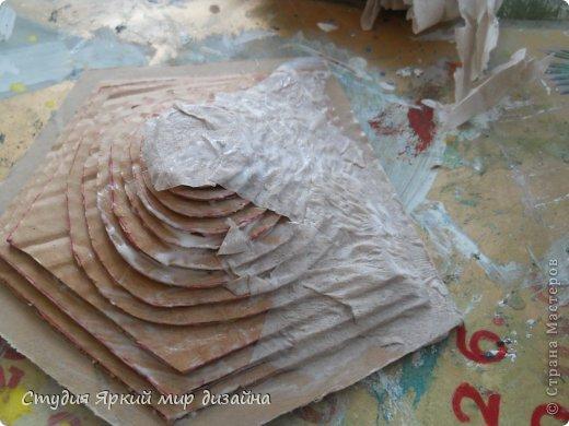 Хочу поделиться изготовлением такой беседки.Материал: гофрокартон, деревянная закругленная рейка, палочки для суши, шпажки, туалетная бумага, бисер, проволока, акриловая белая краска. фото 8