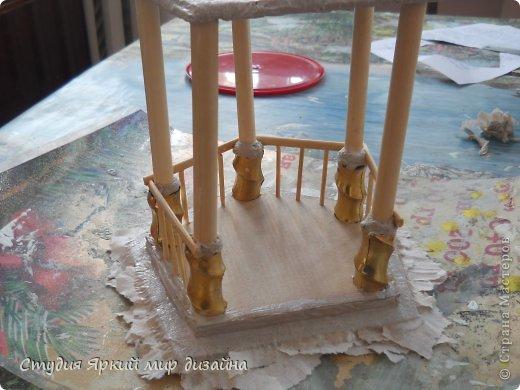 Хочу поделиться изготовлением такой беседки.Материал: гофрокартон, деревянная закругленная рейка, палочки для суши, шпажки, туалетная бумага, бисер, проволока, акриловая белая краска. фото 9