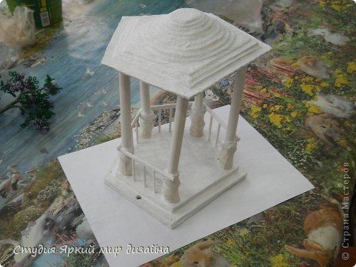 Хочу поделиться изготовлением такой беседки.Материал: гофрокартон, деревянная закругленная рейка, палочки для суши, шпажки, туалетная бумага, бисер, проволока, акриловая белая краска. фото 15