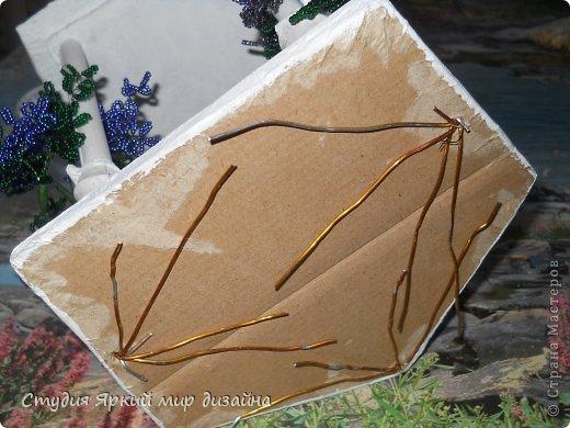 Хочу поделиться изготовлением такой беседки.Материал: гофрокартон, деревянная закругленная рейка, палочки для суши, шпажки, туалетная бумага, бисер, проволока, акриловая белая краска. фото 19