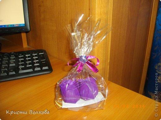 Сумочку сделала из упаковки из под детского питания... Презентовалась вместе с небольшими сувенирчиками внутри, к дополнению к сумочке сделала розу с конфеткой внутри. фото 7