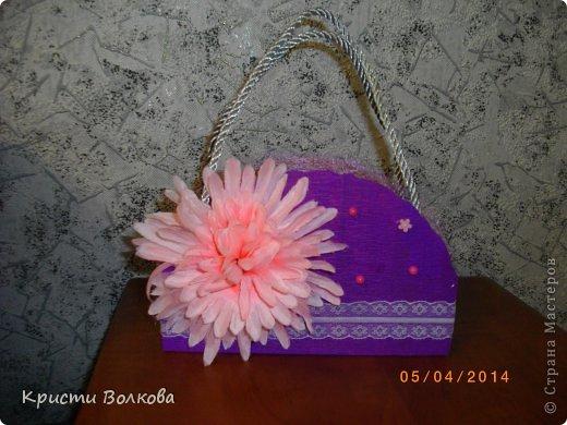 Сумочку сделала из упаковки из под детского питания... Презентовалась вместе с небольшими сувенирчиками внутри, к дополнению к сумочке сделала розу с конфеткой внутри. фото 2