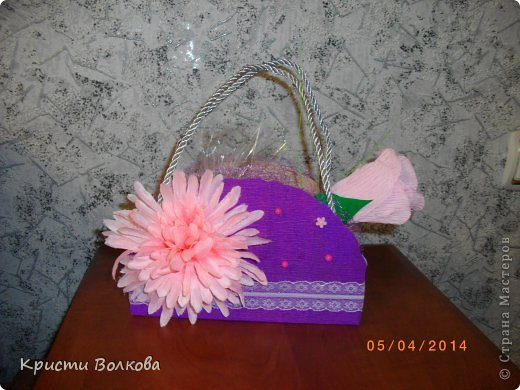 Сумочку сделала из упаковки из под детского питания... Презентовалась вместе с небольшими сувенирчиками внутри, к дополнению к сумочке сделала розу с конфеткой внутри. фото 4