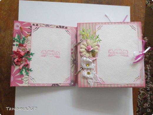 Альбом для фото 15*15 в розовых тонах. Имеются потайные кармашки, места для заметок. Альбом рассчитан под фото 9*13, 6 листов фото 4