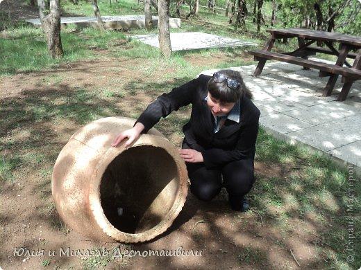 """В 2011 году мы с Мишей уже делали красочный фоторепортаж об этом удивительном месте https://stranamasterov.ru/node/243101  Парк """"Бомбора"""" назван в честь героя грузинской сказки (другое название парка Мтацминда - в честь имени горы Мтацминда). Он изумляет как своими красочными замками, так и своим удивительным расположением. Благодаря тому, что парк находится на высшей точке Тбилиси, со смотровой площадки открывается прекрасная панорама города. Аттракционы внутри парка разделены на несколько категорий: детская, экстремальная, семейная и игровая деревня. От центра Тбилиси дорога в «Бомбору» занимает всего 7,5 км.  Если прошлый раз мы больше уделяли внимания атракционам, красочным скульптурам, то сегодня пройдемся по тихим улочкам, подышим свежим горным воздухом Первая находка - экзотический кувшин )"""