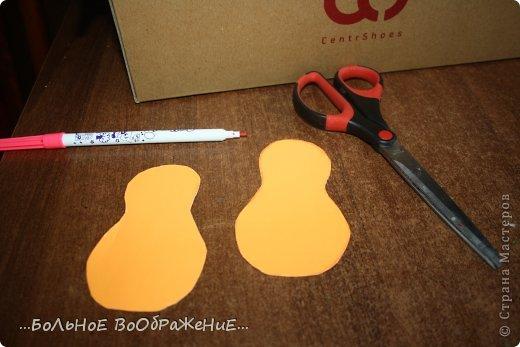 Для приготовления гитары нам понадобится: 1) Картон 2) Изолента 3) Ручка-корректор (Не обязательно) 4) Нитки 5) Атласная лента 6) Карандаш (я взяла фломастер чтобы вам было видно) 7) Коробка 8) Клей (забыла положить) 9) Кукла для которой вы делаете гитару. фото 4