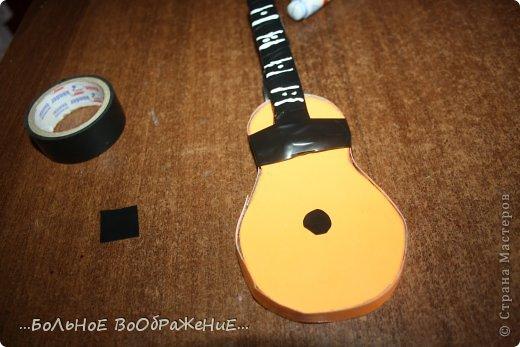 Для приготовления гитары нам понадобится: 1) Картон 2) Изолента 3) Ручка-корректор (Не обязательно) 4) Нитки 5) Атласная лента 6) Карандаш (я взяла фломастер чтобы вам было видно) 7) Коробка 8) Клей (забыла положить) 9) Кукла для которой вы делаете гитару. фото 19