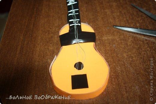 Для приготовления гитары нам понадобится: 1) Картон 2) Изолента 3) Ручка-корректор (Не обязательно) 4) Нитки 5) Атласная лента 6) Карандаш (я взяла фломастер чтобы вам было видно) 7) Коробка 8) Клей (забыла положить) 9) Кукла для которой вы делаете гитару. фото 23