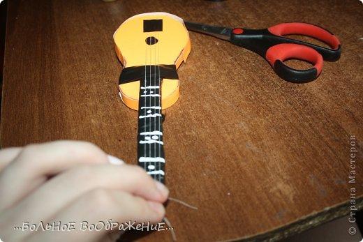 Для приготовления гитары нам понадобится: 1) Картон 2) Изолента 3) Ручка-корректор (Не обязательно) 4) Нитки 5) Атласная лента 6) Карандаш (я взяла фломастер чтобы вам было видно) 7) Коробка 8) Клей (забыла положить) 9) Кукла для которой вы делаете гитару. фото 25