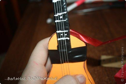 Для приготовления гитары нам понадобится: 1) Картон 2) Изолента 3) Ручка-корректор (Не обязательно) 4) Нитки 5) Атласная лента 6) Карандаш (я взяла фломастер чтобы вам было видно) 7) Коробка 8) Клей (забыла положить) 9) Кукла для которой вы делаете гитару. фото 28