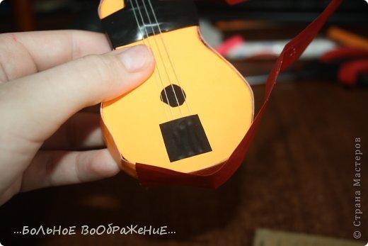 Для приготовления гитары нам понадобится: 1) Картон 2) Изолента 3) Ручка-корректор (Не обязательно) 4) Нитки 5) Атласная лента 6) Карандаш (я взяла фломастер чтобы вам было видно) 7) Коробка 8) Клей (забыла положить) 9) Кукла для которой вы делаете гитару. фото 29