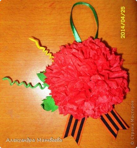 """В прошлом году к 9 мая я сделала около 30 небольших открыточек с пожеланиями для жителей-ветеранов нашего поселка. В этом году я решила, что одна не справлюсь. И направилась к школьникам, ребята с удовольствием откликнулись на мою просьбу помочь изготовить подарочки к этому празднику. И вот уже 2 класса помогли и сделали более 40 цветочков с пожеланиями. Будут еще - фото  добавлю))) Назвала я свой проект """"Цветок победы"""". Вот как он выглядит в моем исполнении - образец для ребят. фото 1"""
