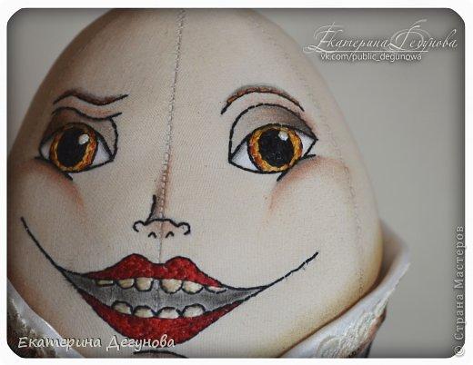 Доброе время суток всем! Сегодня я расскажу, как я сшила вот такого Шалтая-Болтая (кукла, интерьерная композиция, текстильная, яйцо) Шалта́й-Болта́й (англ. Humpty Dumpty) — персонаж многих классических  английских детских стихотворений, очень хорошо известен в англоговорящем мире Возможно, стишок «Шалтай-Болтай» был посвящен королю Ричарду III, который действительно упал со стены во время битвы 1485 года. Изначально стих о Шалтае-Болтае входил в «Сказки Матушки Гусыни». В современном английском языке слово «шалтай-болтай» имеет два значения: «толстячок-коротышка» и «вещь, упавшая или разбитая и невосстанавливаемая». В романе «Колыбель для кошки» Курта Воннегута этот известный стих был выбран переводчиками в качестве демонстрации диалекта. В оригинале демонстрация производится над малоизвестным русскому читателю стихом «Twinkle, Twinkle, Little Star». Строку из стихотворения о Шалтае-Болтае выбрал Р. П. Уоррен в качестве названия для своего знаменитого романа «Вся королевская рать».  Но самым любимым и извесным современному читателю образом стал Шалтай из знаменитой книги Льюиса Кэрролла «Алиса в Зазеркалье» Тут он выглядит большим человекоподобным яйцом с галстуком. Появляется на шестой шахматной клетке в Зазеркалье. Алиса находит его в магазине Овцы, в которую превратилась Белая Королева. Шалтай-Болтай трансформируется из обычного яйца, которое купила Алиса. Он сидит по-турецки на высокой стене и выступает в роли зазеркального мудреца, который помогает Алисе постичь значение слов из стихотворения про Бармаглота.  (Википедия) фото 24