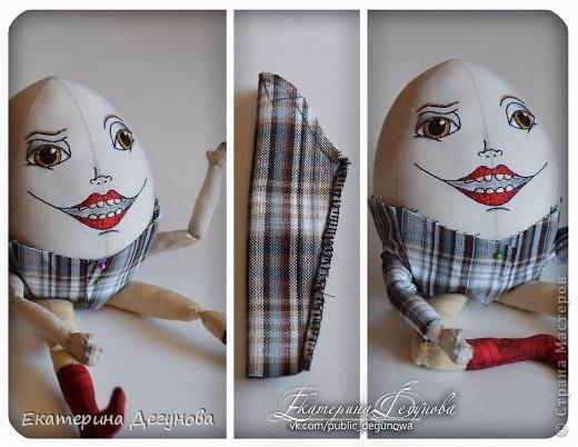 Доброе время суток всем! Сегодня я расскажу, как я сшила вот такого Шалтая-Болтая (кукла, интерьерная композиция, текстильная, яйцо) Шалта́й-Болта́й (англ. Humpty Dumpty) — персонаж многих классических  английских детских стихотворений, очень хорошо известен в англоговорящем мире Возможно, стишок «Шалтай-Болтай» был посвящен королю Ричарду III, который действительно упал со стены во время битвы 1485 года. Изначально стих о Шалтае-Болтае входил в «Сказки Матушки Гусыни». В современном английском языке слово «шалтай-болтай» имеет два значения: «толстячок-коротышка» и «вещь, упавшая или разбитая и невосстанавливаемая». В романе «Колыбель для кошки» Курта Воннегута этот известный стих был выбран переводчиками в качестве демонстрации диалекта. В оригинале демонстрация производится над малоизвестным русскому читателю стихом «Twinkle, Twinkle, Little Star». Строку из стихотворения о Шалтае-Болтае выбрал Р. П. Уоррен в качестве названия для своего знаменитого романа «Вся королевская рать».  Но самым любимым и извесным современному читателю образом стал Шалтай из знаменитой книги Льюиса Кэрролла «Алиса в Зазеркалье» Тут он выглядит большим человекоподобным яйцом с галстуком. Появляется на шестой шахматной клетке в Зазеркалье. Алиса находит его в магазине Овцы, в которую превратилась Белая Королева. Шалтай-Болтай трансформируется из обычного яйца, которое купила Алиса. Он сидит по-турецки на высокой стене и выступает в роли зазеркального мудреца, который помогает Алисе постичь значение слов из стихотворения про Бармаглота.  (Википедия) фото 26