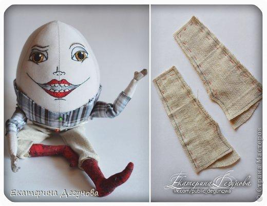 Доброе время суток всем! Сегодня я расскажу, как я сшила вот такого Шалтая-Болтая (кукла, интерьерная композиция, текстильная, яйцо) Шалта́й-Болта́й (англ. Humpty Dumpty) — персонаж многих классических  английских детских стихотворений, очень хорошо известен в англоговорящем мире Возможно, стишок «Шалтай-Болтай» был посвящен королю Ричарду III, который действительно упал со стены во время битвы 1485 года. Изначально стих о Шалтае-Болтае входил в «Сказки Матушки Гусыни». В современном английском языке слово «шалтай-болтай» имеет два значения: «толстячок-коротышка» и «вещь, упавшая или разбитая и невосстанавливаемая». В романе «Колыбель для кошки» Курта Воннегута этот известный стих был выбран переводчиками в качестве демонстрации диалекта. В оригинале демонстрация производится над малоизвестным русскому читателю стихом «Twinkle, Twinkle, Little Star». Строку из стихотворения о Шалтае-Болтае выбрал Р. П. Уоррен в качестве названия для своего знаменитого романа «Вся королевская рать».  Но самым любимым и извесным современному читателю образом стал Шалтай из знаменитой книги Льюиса Кэрролла «Алиса в Зазеркалье» Тут он выглядит большим человекоподобным яйцом с галстуком. Появляется на шестой шахматной клетке в Зазеркалье. Алиса находит его в магазине Овцы, в которую превратилась Белая Королева. Шалтай-Болтай трансформируется из обычного яйца, которое купила Алиса. Он сидит по-турецки на высокой стене и выступает в роли зазеркального мудреца, который помогает Алисе постичь значение слов из стихотворения про Бармаглота.  (Википедия) фото 27
