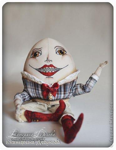 Доброе время суток всем! Сегодня я расскажу, как я сшила вот такого Шалтая-Болтая (кукла, интерьерная композиция, текстильная, яйцо) Шалта́й-Болта́й (англ. Humpty Dumpty) — персонаж многих классических  английских детских стихотворений, очень хорошо известен в англоговорящем мире Возможно, стишок «Шалтай-Болтай» был посвящен королю Ричарду III, который действительно упал со стены во время битвы 1485 года. Изначально стих о Шалтае-Болтае входил в «Сказки Матушки Гусыни». В современном английском языке слово «шалтай-болтай» имеет два значения: «толстячок-коротышка» и «вещь, упавшая или разбитая и невосстанавливаемая». В романе «Колыбель для кошки» Курта Воннегута этот известный стих был выбран переводчиками в качестве демонстрации диалекта. В оригинале демонстрация производится над малоизвестным русскому читателю стихом «Twinkle, Twinkle, Little Star». Строку из стихотворения о Шалтае-Болтае выбрал Р. П. Уоррен в качестве названия для своего знаменитого романа «Вся королевская рать».  Но самым любимым и извесным современному читателю образом стал Шалтай из знаменитой книги Льюиса Кэрролла «Алиса в Зазеркалье» Тут он выглядит большим человекоподобным яйцом с галстуком. Появляется на шестой шахматной клетке в Зазеркалье. Алиса находит его в магазине Овцы, в которую превратилась Белая Королева. Шалтай-Болтай трансформируется из обычного яйца, которое купила Алиса. Он сидит по-турецки на высокой стене и выступает в роли зазеркального мудреца, который помогает Алисе постичь значение слов из стихотворения про Бармаглота.  (Википедия) фото 28