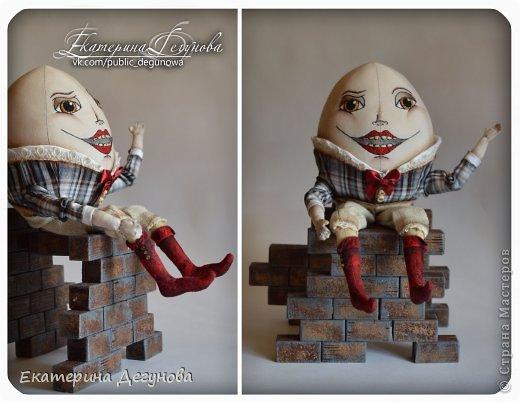 Доброе время суток всем! Сегодня я расскажу, как я сшила вот такого Шалтая-Болтая (кукла, интерьерная композиция, текстильная, яйцо) Шалта́й-Болта́й (англ. Humpty Dumpty) — персонаж многих классических  английских детских стихотворений, очень хорошо известен в англоговорящем мире Возможно, стишок «Шалтай-Болтай» был посвящен королю Ричарду III, который действительно упал со стены во время битвы 1485 года. Изначально стих о Шалтае-Болтае входил в «Сказки Матушки Гусыни». В современном английском языке слово «шалтай-болтай» имеет два значения: «толстячок-коротышка» и «вещь, упавшая или разбитая и невосстанавливаемая». В романе «Колыбель для кошки» Курта Воннегута этот известный стих был выбран переводчиками в качестве демонстрации диалекта. В оригинале демонстрация производится над малоизвестным русскому читателю стихом «Twinkle, Twinkle, Little Star». Строку из стихотворения о Шалтае-Болтае выбрал Р. П. Уоррен в качестве названия для своего знаменитого романа «Вся королевская рать».  Но самым любимым и извесным современному читателю образом стал Шалтай из знаменитой книги Льюиса Кэрролла «Алиса в Зазеркалье» Тут он выглядит большим человекоподобным яйцом с галстуком. Появляется на шестой шахматной клетке в Зазеркалье. Алиса находит его в магазине Овцы, в которую превратилась Белая Королева. Шалтай-Болтай трансформируется из обычного яйца, которое купила Алиса. Он сидит по-турецки на высокой стене и выступает в роли зазеркального мудреца, который помогает Алисе постичь значение слов из стихотворения про Бармаглота.  (Википедия) фото 30