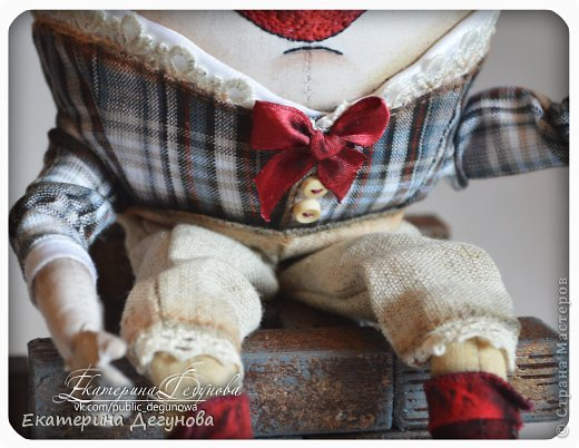 Доброе время суток всем! Сегодня я расскажу, как я сшила вот такого Шалтая-Болтая (кукла, интерьерная композиция, текстильная, яйцо) Шалта́й-Болта́й (англ. Humpty Dumpty) — персонаж многих классических  английских детских стихотворений, очень хорошо известен в англоговорящем мире Возможно, стишок «Шалтай-Болтай» был посвящен королю Ричарду III, который действительно упал со стены во время битвы 1485 года. Изначально стих о Шалтае-Болтае входил в «Сказки Матушки Гусыни». В современном английском языке слово «шалтай-болтай» имеет два значения: «толстячок-коротышка» и «вещь, упавшая или разбитая и невосстанавливаемая». В романе «Колыбель для кошки» Курта Воннегута этот известный стих был выбран переводчиками в качестве демонстрации диалекта. В оригинале демонстрация производится над малоизвестным русскому читателю стихом «Twinkle, Twinkle, Little Star». Строку из стихотворения о Шалтае-Болтае выбрал Р. П. Уоррен в качестве названия для своего знаменитого романа «Вся королевская рать».  Но самым любимым и извесным современному читателю образом стал Шалтай из знаменитой книги Льюиса Кэрролла «Алиса в Зазеркалье» Тут он выглядит большим человекоподобным яйцом с галстуком. Появляется на шестой шахматной клетке в Зазеркалье. Алиса находит его в магазине Овцы, в которую превратилась Белая Королева. Шалтай-Болтай трансформируется из обычного яйца, которое купила Алиса. Он сидит по-турецки на высокой стене и выступает в роли зазеркального мудреца, который помогает Алисе постичь значение слов из стихотворения про Бармаглота.  (Википедия) фото 31