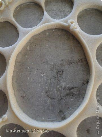 Здравствуйте!Сделала рамочку для сына из соленого теста.Ничего сложного.Сынуле уже девятый год,правда,но решила вспомнить,как это было. Для работы понадобятся: соленое тесто(примерно 600 г.) кисточка+вода клей ПВА и любой быстросохнущий акриловые краски шприц.  фото 13