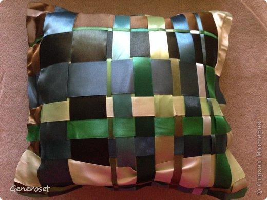 Благодаря прекрасному МК: http://efachka.ru/post218586845 и у меня получилась подушка из атласных лент! У меня была махонькая декоративная подушечка, а точнее сказать наволочка набитая синтепоном, которую я внутрь и вставила! На моей подушке ни одной строчки из ниток - не умею я шить! А по сему на заднюю часть я вырезала из материи квадрат того же размера и скрепила квадрат из ленточек и квадрат из материи паутинкой (которую используют на подшив брюк) и утюгом. Порадовать родителей подарочком для их уютной фисташковой спальни, я думаю, мне удалось! Удачи!!! )) С Богом!