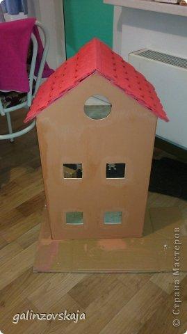 Вот Мой чудесный домик для кукол! Делала я его для своей племянницы, ко дню рождения! И вот он наконец готов! В нем есть практически все для жизни! 4 обустроенных комнаты- кухня, ванная, гостиная и конечно же спальня!  фото 3