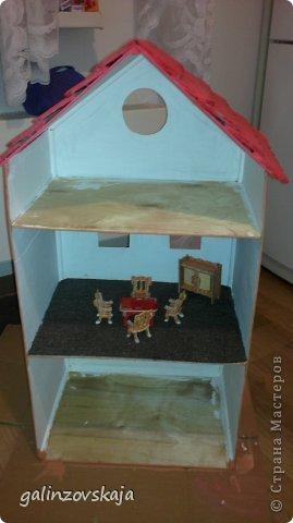 Вот Мой чудесный домик для кукол! Делала я его для своей племянницы, ко дню рождения! И вот он наконец готов! В нем есть практически все для жизни! 4 обустроенных комнаты- кухня, ванная, гостиная и конечно же спальня!  фото 5
