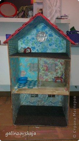 Вот Мой чудесный домик для кукол! Делала я его для своей племянницы, ко дню рождения! И вот он наконец готов! В нем есть практически все для жизни! 4 обустроенных комнаты- кухня, ванная, гостиная и конечно же спальня!  фото 6