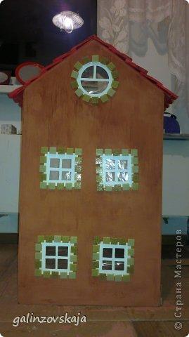 Вот Мой чудесный домик для кукол! Делала я его для своей племянницы, ко дню рождения! И вот он наконец готов! В нем есть практически все для жизни! 4 обустроенных комнаты- кухня, ванная, гостиная и конечно же спальня!  фото 8