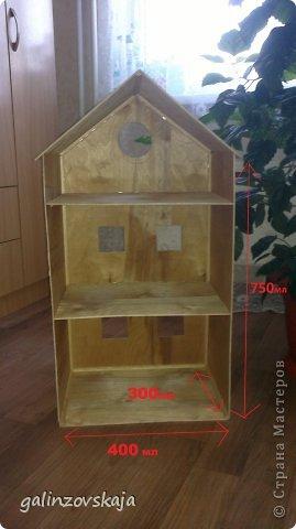 Вот Мой чудесный домик для кукол! Делала я его для своей племянницы, ко дню рождения! И вот он наконец готов! В нем есть практически все для жизни! 4 обустроенных комнаты- кухня, ванная, гостиная и конечно же спальня!  фото 2