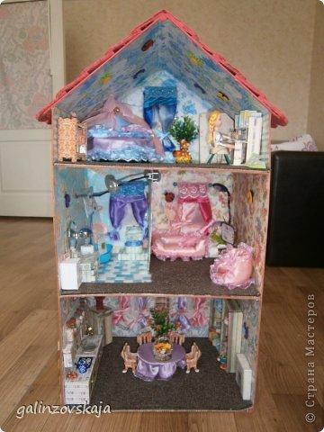 Вот Мой чудесный домик для кукол! Делала я его для своей племянницы, ко дню рождения! И вот он наконец готов! В нем есть практически все для жизни! 4 обустроенных комнаты- кухня, ванная, гостиная и конечно же спальня!  фото 1