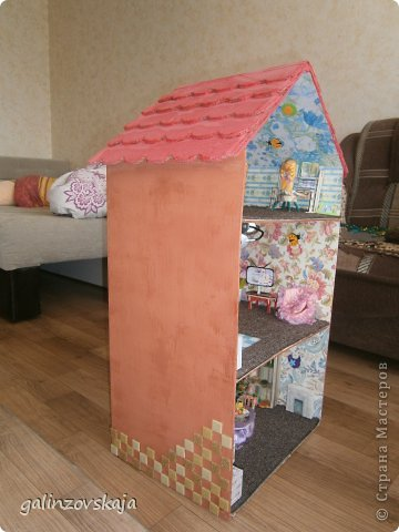 Вот Мой чудесный домик для кукол! Делала я его для своей племянницы, ко дню рождения! И вот он наконец готов! В нем есть практически все для жизни! 4 обустроенных комнаты- кухня, ванная, гостиная и конечно же спальня!  фото 13