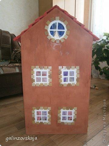 Вот Мой чудесный домик для кукол! Делала я его для своей племянницы, ко дню рождения! И вот он наконец готов! В нем есть практически все для жизни! 4 обустроенных комнаты- кухня, ванная, гостиная и конечно же спальня!  фото 14