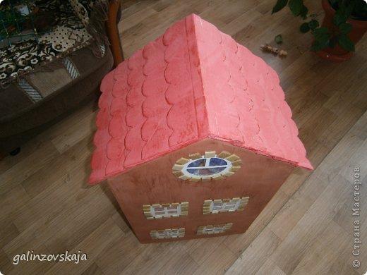 Вот Мой чудесный домик для кукол! Делала я его для своей племянницы, ко дню рождения! И вот он наконец готов! В нем есть практически все для жизни! 4 обустроенных комнаты- кухня, ванная, гостиная и конечно же спальня!  фото 15