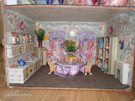 Вот Мой чудесный домик для кукол! Делала я его для своей племянницы, ко дню рождения! И вот он наконец готов! В нем есть практически все для жизни! 4 обустроенных комнаты- кухня, ванная, гостиная и конечно же спальня!  фото 16